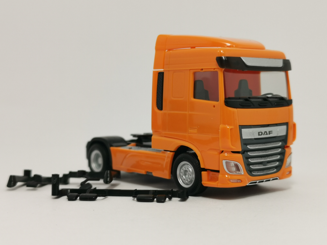 309066  DAF XF Euro 6 SC Zugmaschine Facelift, orange Herpa