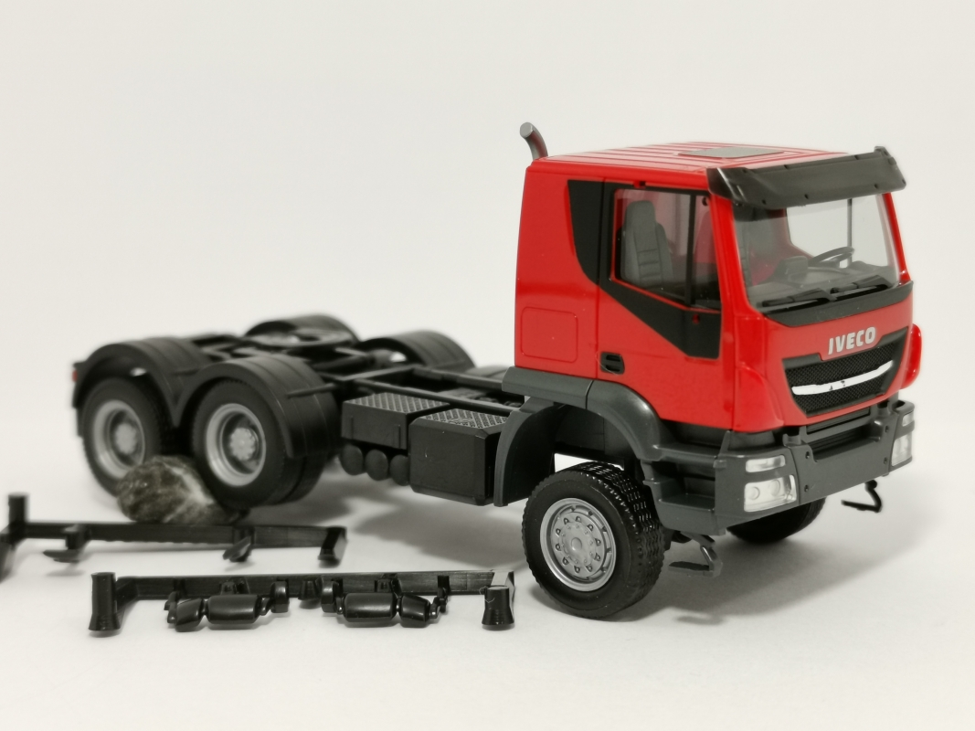 310581  Iveco Trakker tractor 6×6, rot Herpa