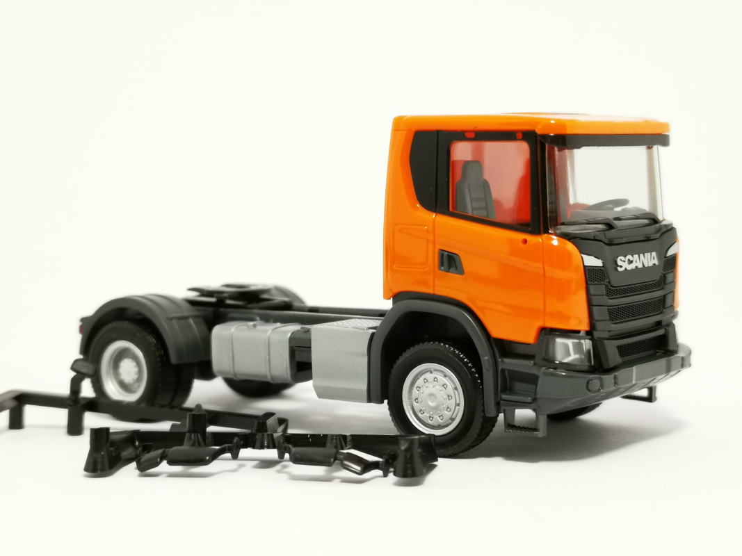 309776 Scania CG 17 4x4 Zugmaschine, orange Herpa