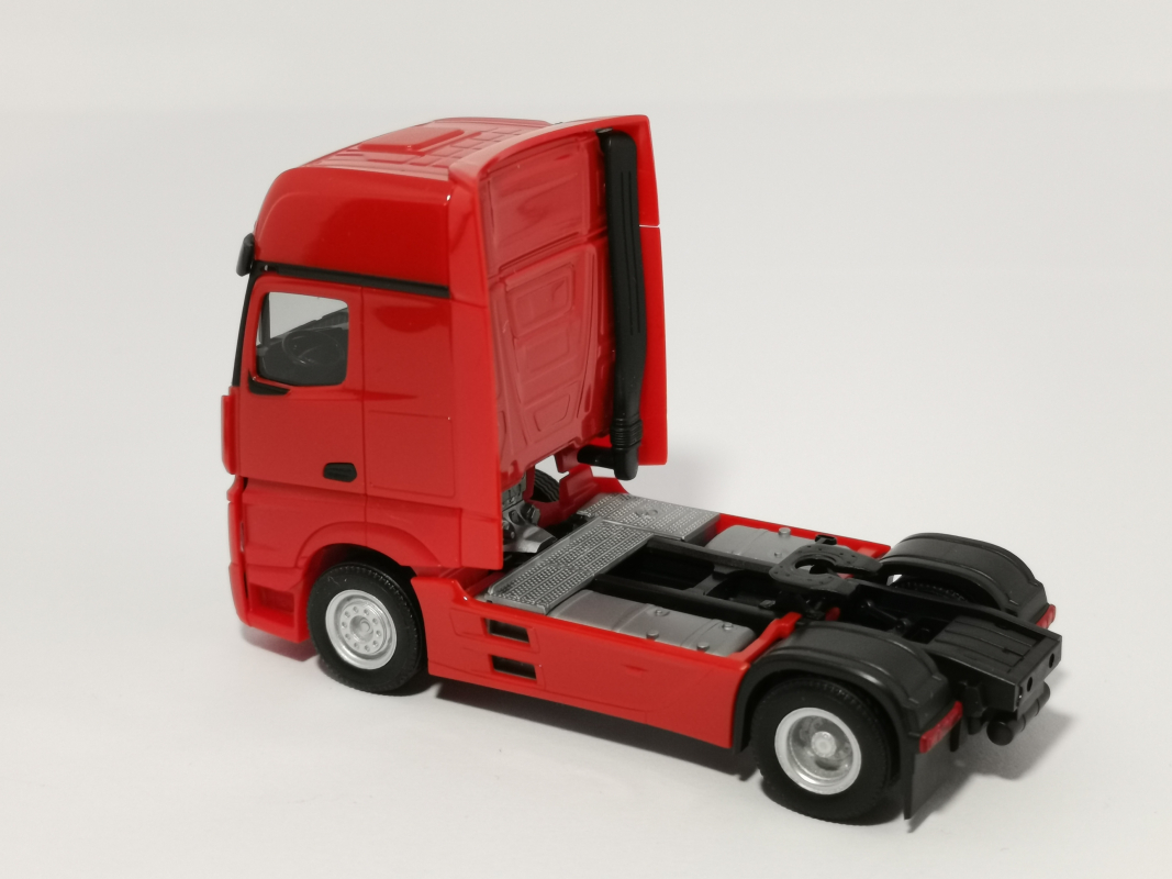 309202 Mercedes-Benz Actros Gigaspace `18 Zugmaschine, rot 002 Herpa